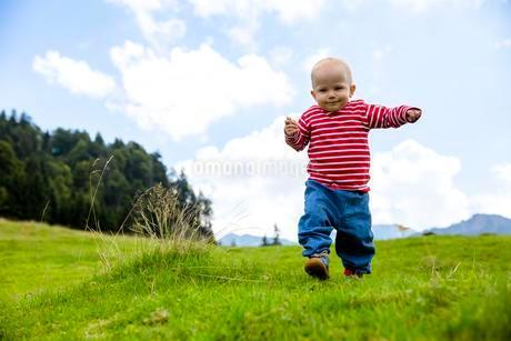 Toddler, 18 months, during a summer hike in the Swissの写真素材 [FYI02343261]