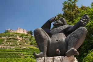 Sculpture, Bacchus in front of the vineyard with Staufenの写真素材 [FYI02343270]