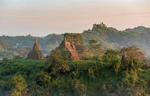 Mist over hills and stupas of Mrauk U at sunset, Burmaの写真素材 [FYI02343273]