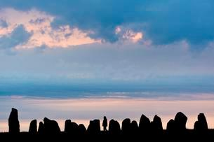 Visitors at the Ale's Stones,largest preserved stone shipの写真素材 [FYI02343280]