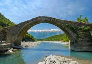 Ottoman stone arch bridge Ura e Kadiut, River Lengaricaの写真素材 [FYI02343281]