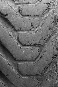 Worn tyres, profile, detail, close-upの写真素材 [FYI02343295]