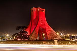 Red illuminated Liberty Tower, Azadi Tower, Theran, Iranの写真素材 [FYI02343314]