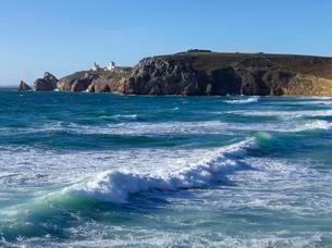 Surf, Plage de Pen Hat, in the back Pointe du Toulinguetの写真素材 [FYI02343321]