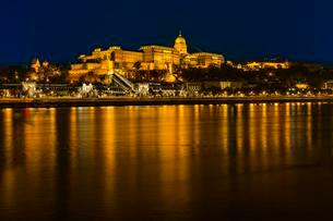 Danube and castle hill with Buda castle, night viewの写真素材 [FYI02343346]