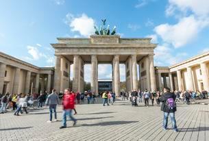 People run across the square at Brandenburg Gate, Berlinの写真素材 [FYI02343352]