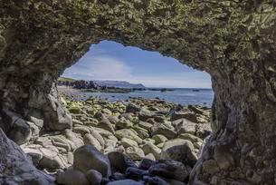 Rock arch in Brekkubas Bay, Rauoisandurの写真素材 [FYI02343356]