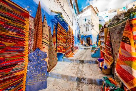 Narrow alley with carpets, carpet dealers, blue housesの写真素材 [FYI02343367]