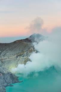 Volcano Kawah Ijen, volcanic craters with crater lake andの写真素材 [FYI02343370]