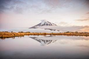 Reflection in Pouakai Tarn, stratovolcano Mount Taranaki orの写真素材 [FYI02343373]