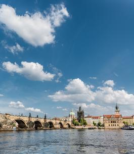 Vltava river with Charles Bridge or Karl?v most, UNESCOの写真素材 [FYI02343386]