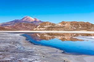Volcano Cerro Tunupa with reflection in the Salar de Uyuniの写真素材 [FYI02343394]
