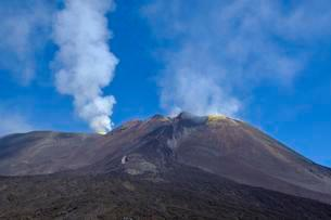 Smoking volcano Etna, province of Catania, Silcilia, Italyの写真素材 [FYI02343396]