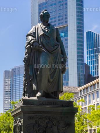 Goethe monument at Goethe square, RoBmarkt, behind theの写真素材 [FYI02343405]