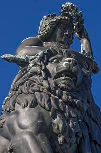 Bavaria with lion and laurel wreath, Munich, Bavariaの写真素材 [FYI02343417]