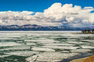 Frozen Khuvsgul Lake in winter, Mongolia, Asiaの写真素材 [FYI02343420]