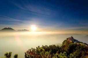 Kehlsteinhaus am Kehlstein, sun over the fog, Berchtesgadenの写真素材 [FYI02343435]