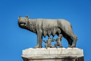 The Capitoline Wolf, statue of the she-wolf sucklingのイラスト素材 [FYI02343441]