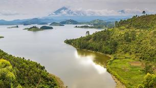Lake Mutanda, east bank, behind Virunga Mountains, Ugandaの写真素材 [FYI02343446]