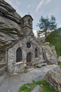Rock Chapel near InnergschloB, Tauern Valley, Hohe Tauernの写真素材 [FYI02343456]