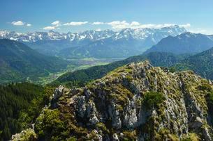 Wetterstein range with three-port peak, Alpspitzeの写真素材 [FYI02343459]