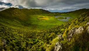 Crater, Caldeir?o Volcano, Corvo Island, Azores, Portugalの写真素材 [FYI02343466]