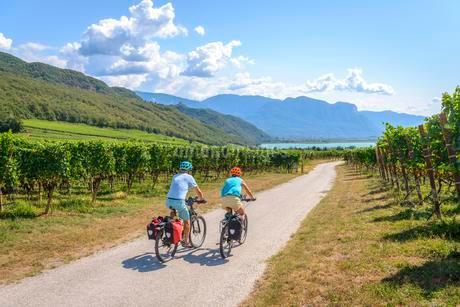 Two cyclists with mountain bike, on the Via Claudia Augustaの写真素材 [FYI02343478]