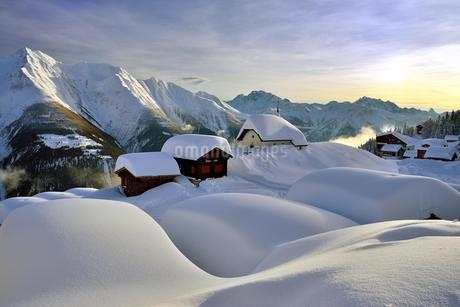 Deep snow-covered mountain village, Bettmeralp with chapelの写真素材 [FYI02343491]