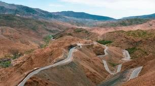 Curvy mountain pass in serpentines over the Atlasの写真素材 [FYI02343503]