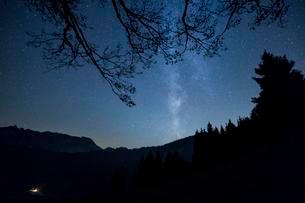 Milky Way over the mountains and forest at Schwagalpの写真素材 [FYI02343515]