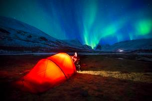 Northern Lights (Aurora borealis) over a tent in winterの写真素材 [FYI02343527]