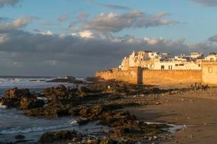 City wall and medina on the coast, evening atmosphereの写真素材 [FYI02343529]