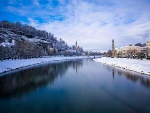 River Salzach in winter, Salzburg, Austria, Europeの写真素材 [FYI02343544]