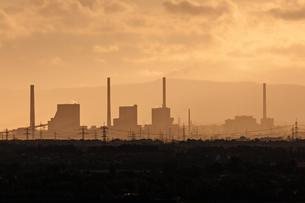 Silhouette of industrial site, Heating Plant Mannheim inの写真素材 [FYI02343546]
