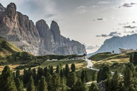 Val Gardena Pass, Passo Gardena, 2121m, left Sella Groupの写真素材 [FYI02343548]