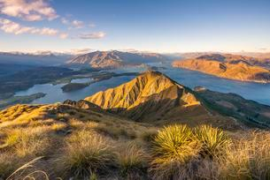 View of Mountains and Lake, Roys Peak, Evening Light, Lakeの写真素材 [FYI02343551]