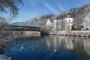 Sebastiani bridge over the river Loisach with town hall andの写真素材 [FYI02343555]