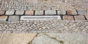 Sign in the street pavement, Berlin Wall 1961-1989, formerの写真素材 [FYI02343570]