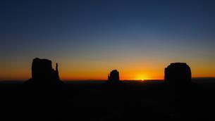 Sunrise, mesas West Mitten Butte, East Mitten Butteの写真素材 [FYI02343575]
