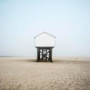 Pile dwelling on the beach, Sankt Peter-Ordingの写真素材 [FYI02343584]