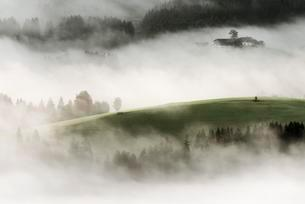 Mountain meadow with mountain farm and sea of fog, Wilderの写真素材 [FYI02343585]