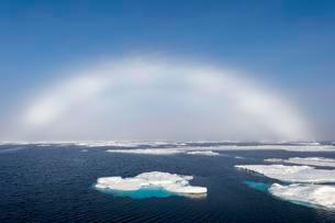 White rainbow over pack ice, Arctic Ocean, Spitsbergenの写真素材 [FYI02343593]