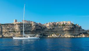 Sailing boat, old town on chalk cliffs, Bonifacio, Corsicaの写真素材 [FYI02343598]