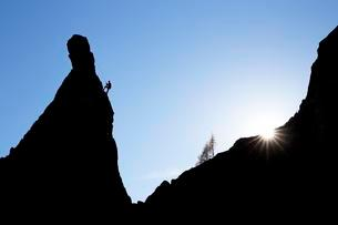 Climber on a cliff in the evening light at Savoy Alpsの写真素材 [FYI02343605]