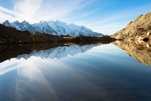 Evening light at Lac de Chesserys with mountains behind ofの写真素材 [FYI02343614]