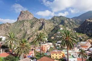 View across Vallehermoso to the Roque Cano, La Gomeraの写真素材 [FYI02343617]