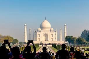 Taj Mahal, tourists photographing with mobile phones, Agraの写真素材 [FYI02343624]