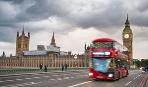 Red double-decker bus on the Westminster Bridge, Palace ofの写真素材 [FYI02343629]