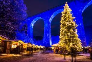 Snowy Christmas market under a railway viaductの写真素材 [FYI02343641]
