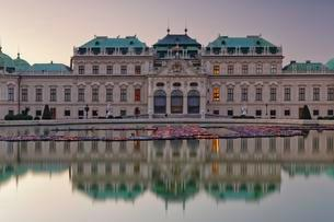 Belvedere Castle and fountain with reflection, Viennaの写真素材 [FYI02343642]